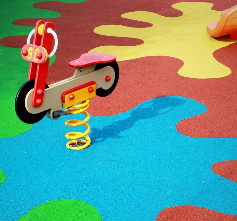Superficie in gomma per aree gioco da pneumatici fuori uso